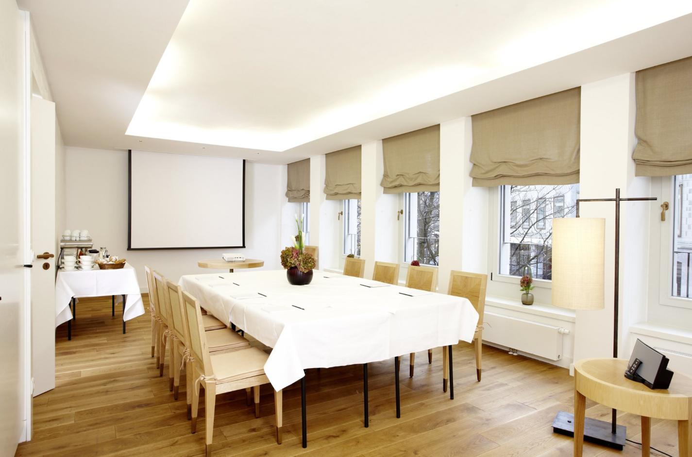 Kosmetikschule Schäfer - Microblading Schulung - München - Hotel Louis 01 - Schulunsgraum Microblading Ausbildung München - Kosmetikschule Schäfer
